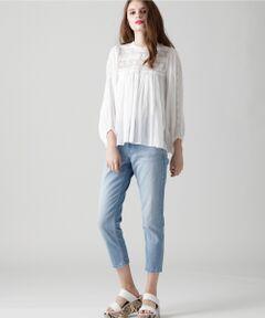 履きこむほどにヴィンテージ感が出るムラ系デニムを使用したデニムパンツ。春夏のコーディネートにマッチするクリーンなブルーカラーもポイントです。ヒゲや洗いに拘ったヴィンテージ感が抜け感をプラス。スタイルアップも叶うハイウエストや裾に向けてすっきりとしたテーパードシルエットなど計算されたディティールがカジュアルさを抑え、大人の女性でも着こなしやすいアイテム。足首が見える丈感と美しいスリムシルエットで美脚に見える自慢の1本です。  ※ジップフライ