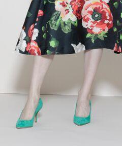 滑らかなスエード素材がクラシックなムード薫るパンプス。美脚が叶う7cmの華奢なヒールとポインテッドトゥがスマートな足元へと導きます。美しいシルエットが映える、無駄な装飾を省いたシンプルデザインで長くご愛用いただけるよう拘った大人顔の一足。スカートやパンツ、フォーマルシーンまで頼れるアイテムです。