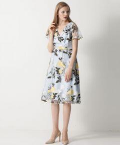 繊細で柔らかなチュール素材に大胆なローズ刺繍を入れたワンピース。大人な雰囲気のカシュクールにタックを入れたフレアスカートでクラシックな雰囲気漂う女性らしい一着です。フェミニンなアクセントを添えるシアーな透け感が今季らしいフレア袖もポイント。ひざ下丈のエレガントな丈感で大人の女性も上品に着用できるよう拘った自信作です。