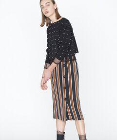 イタリア、ボノット社の上質なストライプ生地を使用したスカート。鮮度をあげるマルチカラーのストライプと、リズミカルに配したボタンが品良くお洒落に見せてくれる一着です。気取って見えないコンシャスなタイトシルエットもポイント。深みのあるカラーパレットが秋のコーディネートに映える今季らしいお品です。セットアップで着用すればワンピース風にもなるストライプノースリーブ【品番:38348051】のご用意もございます。