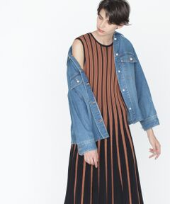10ozのデニムを使用したジャケット。程よいオーバーサイズでこなれ感のある着こなしを楽しめる一着です。女性らしいアクセントになったパール釦もポイント。いつもの着こなしにさっと気兼ねなく羽織れる、デイリーユースにお勧めのアイテムです。