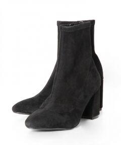 今季トレンドのストレッチ素材を使用した、足の心地よくフィットするソックスブーツ。<br />絶妙な丈感と、綺麗なレッグラインを叶えてくれる拘りデザインが特徴です。<br />太さのあるヒールは安定感もあり、履きやすさも魅力。<br />しっとりとした上質なやぎ革のスエード素材も、季節感のある装いへと導いてくれるポイント。<br />スマートで綺麗なルックスを活かしたプレーンなデザインなので、トレンドに左右されず長くご愛用いただける一足です。