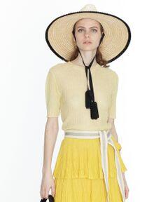 スラブ感のある糸を使用したコンパクト&ミニマルなニットトップ。<br />程よい透け感のある素材と季節感溢れる綺麗なカラーパレットが、夏でも重くならずにご着用いただけます。<br />柔らかなニット地は着心地の良さはもちろん、見た目にも優しい印象で女性らしい雰囲気に。<br />コーディネートの主役を飾る一品に仕上がりました。<br /><br />同シリーズでお作りしたシアーリブニットスカート【品番:39223007】とセットアップの着こなしもお勧めです。