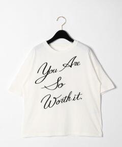 レタード刺繍入りのオーバーサイズTシャツ。<br />流れるように書かれた大胆なロゴがお洒落心をくすぐります。<br />リラクシングに着られるシルエットがこなれ感を得られるポイント。<br />カジュアルなコーディネートにはもちろんの事、綺麗なルックスによってスカートと合わせたフェミニンスタイルにもぴったりな一着です。<br /><br />