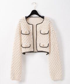 表情豊かな変形ループ編みのニット地で仕上げた、柔らかな雰囲気のショートジャケット。<br />希少価値の高い、非常に柔らかくふわふわで抜群の暖かさを誇るキッドモヘアを愛用し、日本の工場で丁寧に作られた拘りの一品。<br />ウールよりも繊維の逆立ちが少なく滑らかなので、チクチクせずに優しい肌触りなのも特徴です。<br />レトロな雰囲気はそのままに、着るとドロップショルダーでややコクーンのシルエットで、カチッとしすぎずカジュアルにもコーディネートできる一着に仕上げました。<br />衿を抜いて着用したり、プリントスカーフなどと合わせたりと、今季らしいコーディネートがお勧め。<br />クラシカルでありながらトレンドも抑えた今季お勧めの一着です。