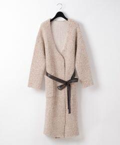 """イタリア""""SINFONIA""""(シンフォニア)のインポート糸を使用した、大人な顔立ちのニットコート。<br />ウールをブレンドした糸と二重で編んだ表情豊かな素材が特徴です。<br />アルパカをブレンドした暖かく柔らかな風合いのお陰で着心地も良く、スイッチシーズンの羽織りにぴったりな一品。<br />ニットならではのリラクシーなデザインですが、ウエストにはベルトをあしらいメリハリを効かせました。<br />タウンユースや休日コーディネートにぜひお勧めしたい一着です。"""