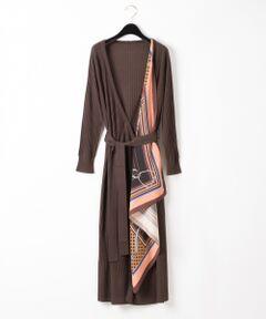 毎シーズン人気のスカーフシリーズから、今年はウエストマークを取り入れ新しいデザインを取り入れたカーディガンが登場!<br />合わせやすい薄手のハイゲージですが、ウールをブレンドしている事で暖かく、ロングシーズン楽しめる一品。<br />長め丈でカシュクールワンピースのようにも、羽織としても使えるデザイン。<br />冬は上からコートを羽織って、中のスカーフをさりげなく覗かせるのもお勧めです。<br />またスカーフを外す事も可能なので、それぞれ単品使いでもお使いいただけ、気分や装いに合わせたアレンジスタイルもぜひお楽しみください。<br /><br />同シリーズでお作りしたスカーフニットトップ【品番:39443078】のご用意もございます。