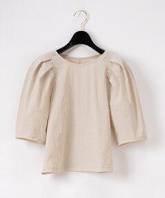 ふんわりとしたボリュームのあるパフスリーブが存在感を放つトップ。<br />素材は気兼ねなく着用できるカットソー地を使用しているので、カジュアルなパンツルックにもフェミニンなスカートにも万能に合う一着です。<br />印象的な袖のデザインが引き立つよう、シンプル且つワンカラーで纏め、様々なボトムとも好相性◎<br />華やかな柄ボトムやカラーアイテムとも着合わせやすいベーシックカラーでお作りしました。