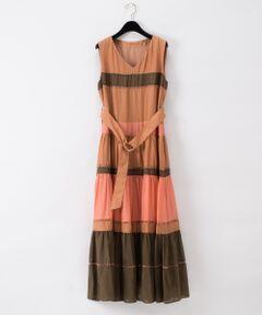 コットンシルクローン地を配色カラーのボーダーパターンで仕上げたサマードレス。<br />新鮮かつ印象的なアフリカンカラーで纏めて、大人の女性に似合う上品顔な仕上がりに。<br />刺繍テープを切り替えたティアードデザインが、より存在感を引き立てます。<br />上見頃はすっきりと、スカートはふわっと広がり、ウエストにはベルトを添えてメリハリの効いた美シルエットを表現しました。<br />テクニックの効いた素材感やロング丈の贅沢なボリューム感によって、特別感のある着こなしが叶う一着です。