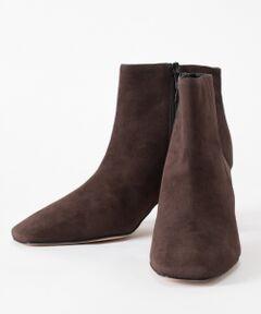 クオリティの高いシューズを展開している、毎シーズン人気のイタリアのシューズブランド【CORSO ROMA】の新作ブーツが登場!<br />キメ細やかなしっとりとしたスエードと美シルエットが魅力の一品。<br />5.5cmのミドルヒールはスタイルアップが叶いながらも安定した履き心地で、長時間のお出かけでも快適な履き心地をアシストしてくれます。<br />秋冬のコーディネートに溶け込むダークブラウンとアニマル柄とのコンビネーションが目を惹くマルチの2色展開。