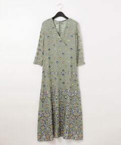 贅沢なロング丈で裾まで抜かりなく入った、インドならではの美しい刺繍テクニックが光るロングワンピース。<br />セットインスリーブの細め袖や細身でウエスト周りのすっきりしたシルエット、そして手首が美しく見える七分袖など、女性らしく仕上げた拘りの一着です。<br />落ち感の綺麗なレーヨンジョーゼット素材に、インドならではのクラフト感がありつつ針数が多いダイナミックなエスニック刺繍が存在感を引き立て、ぐっと華やかな印象に。<br />まだ肌寒い時期にもアウターの中に着込むだけで、春らしい気分を楽しめる一品です。