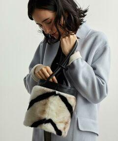 この秋冬欠かせないファー素材のコンパクトバッグ。<br><br>筒型デザインのバッグに上品なフェイクファーをたっぷり施し、<br>フェミニンになりすぎず大人な印象に仕上げました。<br><br>ショルダー持ちはもちろん、付属のリングをショルダー紐に通して、<br>巾着のようなハンドルのトート持ちも楽しめます。<br><br>いつものコーディネートにプラスするだけで、今季らしい雰囲気に。<br><br>※画像の商品はサンプルです。<br><font color=red>実際の商品と仕様、加工、サイズが若干異なる場合がございます。</font> <br>※照明の関係により、実際よりもやや明るく見える場合がございます。またパソコンなどの環境により、若干製品と画像のカラーが異なる場合もございます。予めご了承くださいませ。<br><br><font color=purple>店舗へお問い合わせの際は、全国のgreen label relaxing 各店舗まで下記の品名/品番をお申し付け下さい。<br>品名:KF FK FUR バッグ 品番:3632-699-1239</font>