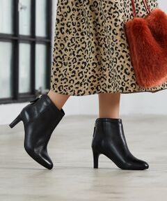 「フェミニンシルエットのレザーショートブーツ」</strong><br><br>女性らしいシルエットにこだわった、本革素材のショートブーツ。<br><br>【デザインポイント & 履き心地】<br>木型から設計を施し、繊細なニュアンスある表情でオトナ顔に。<br>きれいなセットバックシルエットのハイヒールや、<br>踵のさり気ない、柔らかなカットラインがポイント。<br>ファスナーのメタルプレートが、後姿にも気を抜かないデザインで◎。<br><br>【スタイリング】<br>筒丈は長すぎずのほど良い丈で、<br>ミモレ丈のスカートからワイドパンツまで相性良くお使い頂けます。<br><br>※画像の商品はサンプルです。<br><font color=red>実際の商品と仕様、加工、サイズが若干異なる場合がございます。</font> <br>※照明の関係により、実際よりもやや明るく見える場合がございます。またパソコンなどの環境により、若干製品と画像のカラーが異なる場合もございます。予めご了承くださいませ。<br><br><font color=red>~グリーンレーベル リラクシング各店へのセール品の在庫のお問い合わせに関して~ セール品の在庫の有無に関して店舗ではお答えできかねる場合がございます。 また、セール期間中の店舗でのセール品のお取り置きはお受けいたしておりません。予めご了承下さい。</font><br>品名:KFC レザーSBT70 品番:3631-199-1203</font></font>