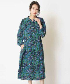 ◆ デザイン・おすすめポイント ◆<br>大人の乙女心をぎゅっとつかむ可憐な小花柄を使ったロマンティックなプリントドレス。華やかな総柄なのでのシルエットはあくまでもシンプルに抑え、バンドカラーで上品に仕上げました。ブラックベースなので着用しやすいのもポイント。秋のエレガントスタイルを後押ししてくれるおすすめのアイテムです。同じお仕立てのスカート【RBHJM01260】もございます。<br>model:H169 B78 W58 H88 着用サイズ:M<br><br>◆ 素材 ◆<br>ポリエステルのデシン素材を基布に多色小花柄のプリントを施したプリント素材。ポリエステルのデシンを基布に使用していますので、シワになりづらく扱いやすいのも魅力的です。<br>