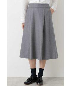 軽やかなフレアシルエットが特徴のスカート。タックを入れることでさらに立体感を出しました。ヒザが隠れる程度のやや長めの丈感もポイント。上品な見た目なので通勤シーンにも最適です。様々なトップスとコーディネートしやすいスカートです。