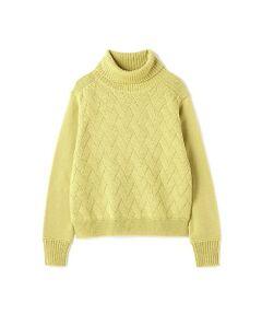 フロントの立体感のある柄編みが表情豊かなタートルネックニットです。快適な着心地と、ゆったりサイズに癒されるデザインです。分厚過ぎない厚さで仕上げているので、アウターとのレイヤードでもごわつかず、すっきりと着て頂けます。ナチュラルできれいなカラー展開も新鮮です。