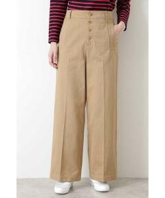 糸段階で毛羽がない質良く織り上げたコットンギャバを使用したセミワイドシルエットのベーシックパンツです。フロントのボタンディティールと大きめのポケットがポイントになっています。着まわしの効くパンツは大人カジュアルな雰囲気でコーディネートして頂けます。