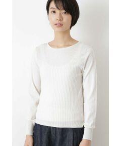 毎年好評のコットンベーシック素材。綿は長綿で、程よい光沢感が特徴です。ハイゲージの天竺に編み立てました。ボディは中太リブと太リブを組み合わせ、袖は天竺にして編み地変化しています。襟ぐりは細幅の天竺袋編みでスッキリとしたボートネックです。