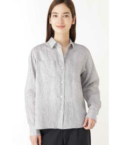 サファリスタイルをイメージしたポケット付のシャツをあえて麻素材で仕上げたました。アームホールをゆったりさせた作りなので羽織としてもシーズン長く着て頂けます。シンプルなスカートやワイドパンツにアウトしたスタイルで合わせやすく、後ろの着丈はヒップにかかる長さなので細身のパンツにもコーディネートしやすいサイズ感です。