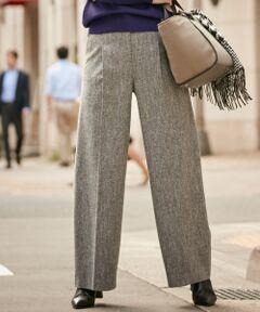 冬にこそ身に纏いたいツイードで一気に旬顔に<br /><br />■デザイン<br />裾にかけてすっと伸びるシルエットが美脚に見せてくれ、ツイードの素材感が秋冬の気分を盛り上げる一枚。ウエスト部分を細くすることで、おなか周りがすっきりと見えるのがポイント。また、タックが入ることで、縦見えと立体感のあるデザインに仕上げました。カラー展開は、カラー展開は、ベーシックから鮮やかカラーまで幅広いスタイルに馴染む「グレー系」の1色です。<br /><br />■素材<br />多色を混ぜた糸を使うことにより、ミックス感のある奥行きのある色合いが表現される素材。一枚でサマになる肉厚とインパクトです。また、生地を柔らかく加工してるので、柔らかい肌触りで快適にお召いただけます。<br /><br />■着こなしポイント<br />シンプルなブラウス合わせのオフィススタイルから、ニットで少し遊んだ大人カジュアルスタイルまで、幅広いスタイルが楽しめます。