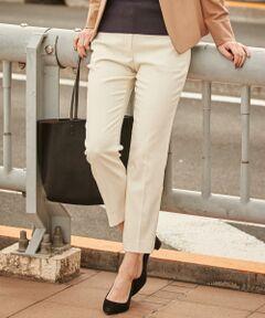 上質なものこそベーシックを選んでとことん着まわす<br /><br />■デザイン<br />上質だからこそシンプルなデザインで、どんなスタイルにも合う着回し力のあるパンツ。足を綺麗に見せてくれるシルエットに、女性らしい華奢な足首をほんのりと見せることで、大人の余裕を感じさせてくれます。ジャケット合わせからデザイントップスまで幅広いアイテムと好相性。カラー展開は、柄物やカラートップスを際立たせる「ホワイト」、大人のスタイルに仕上がる「オリーブ」、どんなシーンにも対応できる「ブラック」、一点投入で華やぐ「レッド」にシンプルなトップスを今年顔に格上げしてくれるグリーンラインがポイントの「チェック柄」&モノトーン顔の「千鳥柄」の5色をご用意しております。<br /><br />■素材<br />薄くて柔らかい肌触りですが暖かさを感じる素材感で冬本番までお召いただけます。ストレッチが効いているため足さばきもよく履き心地も◎また、上質な素材を使用しながらご自宅で手洗いできるのも嬉しいポイントです。<br /><br />■着こなしポイント<br />使い勝手の良いベーシックパンツは、通勤から日常使いまで毎日のようにお使い頂けます。 カジュアルなものと合わせてもどこか品よく仕上がる、大人の女性のための名品パンツはジャケットと合わせてオフィスシーンでも活躍してくれます◎