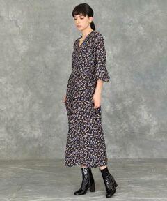 【MORE12月号掲載】<br/><br/>深めのVあきとフィット感のあるウエストライン、裾にかけて緩やかに広がるフレアシルエットが女性らしい印象の一着です。<br/>歩くたびにひらひらと揺れる裾が軽やかな雰囲気を演出。ジャケットやカーディガンと合わせたクラシックな着こなしがおすすめです。<br/><br/>【素材】ハリ感と涼しげな透け感が特徴の、レーヨン素材です。<br/><br/>・裏地なし<br/>・後ろファスナー付き<br/><br/>《Viscotecs/ビスコテックス》<br/>1600万色を用いた鮮明な表現力と、ポリエステル・ナイロン・綿・ウール・シルクなど様々な素材へのプリントを可能にしたインクジェット技術により、アイテムを選ばないプリント素材を提案するセーレン(株)の新技術です。<br/><br/><br/>■サンプル撮影商品■<br/>こちらの商品はサンプルでの撮影となっております。実際の商品とは、商品情報(生産国、色味、上代、納期など)が変更になる場合がございます。予めご了承ください。<br/>