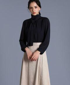 しなやかで女性らしい素材感のブラウスはクラシカルなボウタイがポイントです。上品でフェミニンさのある襟ぐりの開きが美しく女性らしいコーディネートを演出してくれます。柔らかく落ち感のある素材と袖先はタックデザインで表情もあり細部までこだわったデザインです。無地はトレンド問わず着用できるので、長く着ていただけます。<br/><br/>・裏地なし<br/>・水洗い可<br/>