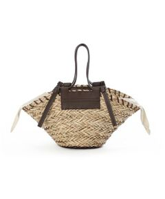 デザイン性の高いスタイリッシュなカゴバッグ。カジュアルダウンしすぎず、フェイクレザー部分がピリッとアクセントに。持つだけでシーズンライクなスタイリングになるおすすめのバッグです。<br/><br/>・巾着取り外し可<br/><br/>