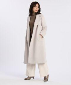 大きな襟と長めの着丈でエレガントかつクラシカルなバランスに仕上げたラップコートは、付属のベルトでウエストをマークしたり、ガウンのようにさらりと羽織ったりと着こなしによって異なるシルエットをお楽しみいただるデザイン。国内工場で加工されたアンゴラ混の素材は、ソフトな風合いと美しい光沢が魅力で、とても軽くストレスフリーな着心地を実現します。リッチなカラーも魅力のコートは、トレンドやテイストを問わず長くご愛用いただける、大人のための上質なアイテムです。<br/><br/>・裏地あり<br/>・ポケットあり<br/>・ベルト付き<br/>・【9号】着丈:110cm<br/><br/>■サンプル撮影商品■<br/>こちらの商品はサンプルでの撮影となっております。実際の商品とは、商品情報(生産国、色味、上代、納期など)が変更になる場合がございます。予めご了承ください。<br/>