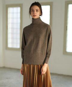 素材の良さを引き出すシンプルなハイネックニット。身頃や腕まわりにややゆとりを持たせた女性らしいシルエットで、メリハリを生むネックのリブ編みがポイントです。Super Zeaという特別なメリノ種の羊毛で仕立てており、カシミヤのような温もりとソフトな軽さで着心地の良さも魅力です。どんなボトムにもマッチするデザインですが、同素材のマーメイドスカートを合わせれば女性らしいセットアップスタイルもお楽しみいただけます。<br/><br/>・裏地なし<br/><br/>セットアップ対応ニットスカート品番:7104175524<br/>