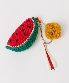 職人による手作業で1つ1つ丁寧に作られたスイカの編みぐるみチャームは、ニットではなく硬めの糸で編まれており、ポンポンはアジアのビーチエリアを思いださせるストロー風の素材。<br>夏アイテムの素材との相性もバッチリです!<br>トレンドのクリアバッグなら入れておくだけで夏らしさが格段にアップします。<br><BR>