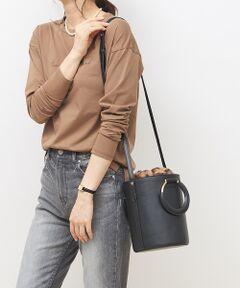 <b>◆幅広いスタイリングに合わせられる販売店舗限定バッグ</b><br>今年のトレンドのバケツ型バッグが新登場!<br>持ち手にはゴールドの金具を使用しており、ディテールにもこだわりが。<br>コロンとした丸いフォルムがフェミンな印象、持つだけでスタイリングにこなれ感を演出。<br>幅広いコーデに大活躍間違いなしのバッグです♪<br><br><b>◆持ち方は様々!お好みで使える4WAY仕様</b><br>きれいめなスタイリングには、ハンドバッグで持つのがおすすめ。<br>ニットやサテンスカートのトレンドコーデにはショルダーバッグとしても◎<br>附属のファー巾着は取り外しが可能、紐が長めに付いているのでファー巾着だけとしてもお持ち頂ける仕様に。<br>バケツショルダーだけで持って頂ければ、シーズンレスで着こなしに合わせて頂ける嬉しい4WAYバッグです♪<br><br><b>◆女っぽさを上げるピンクからベーシックカラーの3色展開</b><br>深みのあるピンクはスタイリングに取り入れるだけで、品のある女性らしい仕上がりに◎<br>アイボリーはシックな着こなしに合わせて、軽さを出すスタイルにおすすめ。<br>ブラックはレオパードがアクセント、トレンドミックスなデニムやワイドパンツと相性抜群。<br>幅広いスタイリングにプラス出来る、3色展開でご用意しております!<br><br>※こちらの商品は一部店舗でお取扱いしております。<br><br>【取扱店舗】<br>LE TRIO ABAHOUSE 千葉ペリエ<br>PICHE ABAHOUSE 大宮ルミネ<br>        広島アッセ<br>Au BANNISTER 東京大丸<br>       新宿高島屋<br>       京急上大岡<br>Au BANNISTER / alfredoBANNISTER 広島<br>qualite 豊洲ららぽーと<br>    吉祥寺アトレ<br>    テラスモール<br>    阪急西宮ガーデンズ<br><br>ブラック モデル:H173 B78 W58 H85 着用サイズ:F<br>アイボリー モデル:H170 B81 W59 H86 着用サイズ:F<br>ピンク モデル:H165 B80 W58 H85 着用サイズ:F<br><BR>