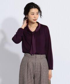 ■デザイン<br />さらっとした着心地で着やすい薄手のウールカットソーに、上品なボウタイディティールをプラスした、通勤にもおすすめな一枚。<br />身頃と同色系のサテンでボウタイをあしらい、フェミニンすぎず大人っぽく着ていただけるデザインになっています。 ■素材<br />2/72の細番手ウール糸を使用し、使いやすい薄手の肉感と、きめ細やかでコンパクトな表情に仕上げた上品なカットソー。<br />糸を甘撚りにし、斜行を極力少なくした、美しい光沢とストレッチ性をもたらしているジャージー素材を使用しました。 ■同素材アイテム<br />・フリル襟タイプ(KKGJYW0041)<br />大きいサイズ(KKGTYW0041)<br />小さいサイズ(KKG0YW0041) ※手洗い可<br />※商品画像はサンプルを使用しているため、色味やサイズ等の仕様に変更がある場合がございますので、予めご了承ください。