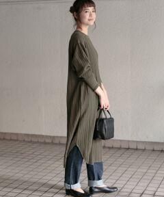 シンプルなデザインながらも表情のあるリブがアクセントになるワンピース。程よく厚みのある素材を使用しているので体のラインを拾いにくく1枚着しやすいアイテムです。縦のラインがきれいなストレートシルエットはレギンスやパンツともレイヤードしやすく、すっきりとした着こなしを演出します。ベーシックで使いやすいBLACKと秋を感じさせるKHAKIの2色をご用意しました。