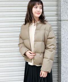 高品質なGreen Downを使用したショートジャケット。表地には上品な印象のウール、裏地にはコットンを使用した天然素材のやさしい肌当たりの一着です。袖の部分にはキュプラを使用し、腕を通しやすい仕様になっています。軽くて暖かく着こなしやすいサイズ感がデイリー使いに活躍します。女性らしく柔らかな雰囲気のBEIGEとすっきりとした着こなしに仕上がるNAVYの2色をご用意しました。<br><br>※商品の特性上、縫い目部分からダウンやフェザー、中綿などの詰め物が出ることがありますので、ご注意ください。<br><br>総重量 : 約600g