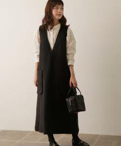 """裾にかけてストンと落ちる立体的なシルエットが美しいアイデリックワンピース。深めのVネックと裾のスリットがコーディネートに抜け感を演出し、すっきりと軽い印象にしてくれます。目の詰まったコシのある素材感で暖かく、優しい肌当たりが心地の良い一着。シャツやブラウスはもちろん、タートルネックやニットなど様々なレイヤードスタイルが楽しめます。<br><br><strong style=""""font-weight:bold;"""">susuri(ススリ) </strong><br>エスペラント語の'さらさら流れる'に由来する「susuri」。女性の雰囲気を取り入れたメンズのパターンをもとにデザインを製作しているため、サイズバランスが絶妙なアイテムを展開しています。素材や染色などにこだわり丁寧なものづくりを行っている日本のブランド。"""