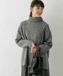 ゆったりとしたタートルネックが女性らしい抜け感を演出するアイテム。ふっくらと柔らかなウールを使用しているので、軽くて暖かな着心地が特徴です。ゆったりとしたサイズ感ながらも、リブ編みのお袖がすっきりとした印象に。サイドスリットが入っているので、フレアスカートやワイドパンツとも相性抜群です。