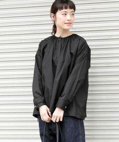 春の着こなしに活躍するギャザーシャツ。<br>ヨーロッパのワークウェアのディテールをモチーフにした雰囲気のあるアイテム。80/2のコットンオックス生地を使用しているので、上品な光沢感と程よい厚みが特徴です。デニム合わせのカジュアルな着こなしから、キレイ目スタイルまで幅広いコーディネートに重宝します。