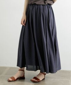 さりげないドット柄が大人の着こなしを引き立てるギャザースカート。<br>上品な光沢感のあるコットン素材を使用した、さらっと涼しげな穿き心地のアイテム。分量たっぷりに寄せられたギャザーが華やかで女性らしく、丈の長さもあるので縦のラインを演出し、すっきりとした印象に。ベーシックなカットソーやサマーニットを合わせたフレンチカジュアルなスタイリングもおすすめ。