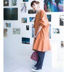 程良いオーバーサイズと、ペプラムデザインが織り成す計算されたバランスが◎サラッと着るだけで可愛いチュニック丈のワンピース。ストンとしたシルエットや肌触りの良い素材が着易く、歩くたびになびく裾の動きが女性らしさを自然と演出。1枚着でもスタイリング映えしますが、パンツを合わせてカジュアルダウンさせるのもオススメ。合わせるアイテム1つで様々な着こなしが楽しめますよ。