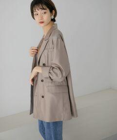 程良い光沢感が女性らしさを向上させるサテンジャケットが登場。無駄な装飾を省くことで色んなスタイリングと合わせやすいデザインに。腰回りが隠れるルーズなシルエットは体型カバーが期待出来ます。パンツだけではなく、ワンピースやスカートととも相性抜群の1着。秋冬気分が高まるカラーリングにも注目です。<br><br>※この商品は、長時間強い日光を受けますと、変色するおそれがあります。ご着用や保管の際は、充分にご注意下さい。<br>※この商品は、デザイン性や素材感を重視し、柔らかい風合いの生地を使用しています。強い力がかかると、滑脱(縫い目が滑って開いたり、縫い代が抜ける)したり目寄れ(織り糸が滑って片寄り、織り目が開く)することがあります。着脱や洗濯の際は、引っ張ったり引っ掛けないようにご注意下さい。<br><br>総重量 : 約280g<br><br>※モデルの着用画像の場合、光の当たり具合により、実際の色味と異なって見えることがございます。色味は、商品単体の画像をご参照ください。