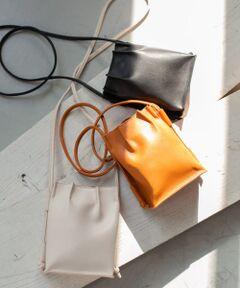 """<strong style=""""font-weight:bold;"""">【トレンド感を与えてくれるミニマルなギャザーバッグ】</strong><br>ギャザーデザインが目を惹くミニバッグ。財布や携帯などの小物を収納するのに最適なサイズです。お手持ちのエコバッグと組み合わせていただくのもおすすめ◎ショルダーの長さは先端を結ぶ位置によって自在に変えることができ、敢えて左右アンバランスにすることでスタイリングのアクセントにもなります。<br><br>※この商品は合成皮革を使用しています。合成皮革は、素材の特性上、着用の経過と共に徐々に劣化いたします。汗や雨などで湿った状態、または摩擦により他のものに色が移ることがありますのでご注意ください。<br><br>総重量 : 約115g<br><br>※商品画像は、光の当たり具合やパソコンなどの閲覧環境により、実際の色味と異なって見える場合がございます。予めご了承ください。 <br>※商品の色味の目安は、商品単体の画像をご参照ください。"""
