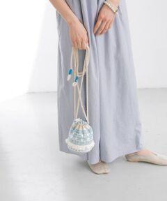 """<strong style=""""font-weight:bold;"""">【春夏らしい爽やかなデザインが可愛い巾着バッグ】</strong><br>ブルーの刺繍とフリンジを施した涼し気な印象の巾着バッグ。存在感があり、スタイリングのアクセントになってくれるアイテムです。内側にマチがあるので見た目よりも収納力があって◎<br><br>※この商品は、インド国内で生産しております。インド製ならではの、風合いとデザインを重視したデリケートな商品です。すべて手作業で仕上げるため、一点一点微妙に違いがありますが、この商品の特徴ですので、そのニュアンスをお楽しみください。<br>※刺繍部分は、ベルトやバッグ、その他の表面の粗い物との摩擦により、毛羽立ちや引っ掛かりが生じやすいのでご注意ください。<br><br>総重量 : 約125g<br><br>※商品画像は、光の当たり具合やパソコンなどの閲覧環境により、実際の色味と異なって見える場合がございます。予めご了承ください。<br>※商品の色味の目安は、商品単体の画像をご参照ください。"""