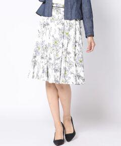 線書きのフラワーが上品可愛いスカート。ひらりと風に揺れるシルエットは、ひと足早く春らしさをコーデにプラスしてくれます。<br>ひざが隠れる丈は春アウターとの相性が良いように長すぎず絶妙な丈に仕上げました。<br>ベーシックなネイビーカラーと差し色使いがきれいなイエローの2色展開はどちらも合わせやすく様々なシーンで活躍してくれます。<br>TVドラマ「BG~身辺警護人~」着用