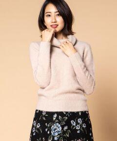 kettyのニットプルオーバー。ふわふわとした質感が心地よいニットは、軽く暖かいので真冬まで活躍してくれる一枚。<br>着るだけで幸せな気分にしてくれる柔らかさと、今季注目のオフタートルデザインでフェミニンスタイルにぴったり。<br>フレアやタイトなど様々なシルエットのスカートと合わせて冬の装いをお楽しみいただけます。<br>首元と裾、袖部分は緩めのリブデザインで甘くなりすぎないように仕上げたので、ワイドパンツなどと合わせたカジュアルスタイルにも対応可能。<br>ベーシックなブラック、ベージュに加えて深みのあるレッドをご用意したのでお好みのカラーをお選びください♪<br>暖かさとかわいらしさを両立できる、おすすめのニットプルオーバーです。<br><br>【MIREI KIRITANI×BARFOUT×kettyコーデ4】<br>