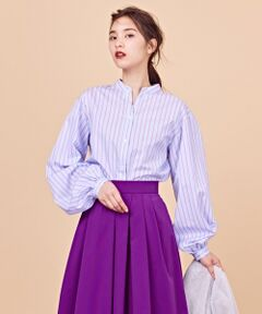 上質素材のフェミニンなパフスリーブブラウス ■デザイン上質素材を活かし、ややゆったりとしたシルエットがおしゃれなブラウス。すっきりとした衿のシャツですが、袖にボリュームがあることで女性らしさを引き立てます。程よいレングスのシャツアイテムは、裾をアウトしてパンツに合わせや、INしたスカートスタイルなど、幅広いコーディネートをお楽しみいただけます。■素材超長綿スーピマの中でも希少価値の高いプレミアピマの100/1を使用した、上質で美しい光沢のあるコンパクトなツイル素材です。100/1の糸は細くて織るのが大変難しく、生地を織れる機屋自体が少ないという最高難度の織物です。各工程で手間をかけ細部にこだわり、絶妙な風合いと柔らかさ、ソフトな肌触りでシルクのようなしなやかな風合いがこの素材の持ち味です。コットン100%ですが、この時期からも長く着用して頂けるように、 BL(ベビールース)加工という細かいピーチを施した様なパウダータッチのやさしい肌ざわりの素材感に仕上げています。