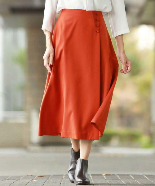 裾に分量感を持たせた、ラップ風大人のフレアースカートに注目!
