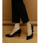 女性らしく、綺麗が叶うデザインカットパンプス<br/>履き口を囲むようにカットし、カット部分はチュールになっており、<br/>透け感が大人な雰囲気のデザインカットパンプス。<br/>ポインテッドのカッティングもシャープで足を綺麗に見せてくれる優れもの。<br/>履くだけでグッと女性らしさの高まるパンプスは1足持っておきたいアイテムです。