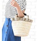 たっぷりのフリルが女性らしさを醸し出すバッグは、大人フェミニンなコーディネイトにピッタリです。<br>軽やかでナチュラルな素材は爽やかさを高めてくれ、持ち手のレザーがアクセントになっており持ちやすいのも嬉しいpoint◎<br>縦長のシルエットはペットボトルや長財布など荷物がしっかりと入るサイズ感なので、デイリーに重宝しそう♪<br>*摩擦や水濡れによる色落ちにご注意下さい。<br>*デリケートな素材を使用しておりますのでお取扱いにご注意下さい。