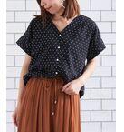 ーすっきりデコルテ見せ、ニュアンスシャツー<br>大人気ニュアンスシャツが待望の再入荷いたしました◎<br>デコルテを綺麗に魅せてくれる広めのVネックに、トレンドのワイドスリーブがニュアンス感を醸し出してくれるシャツ。<br>さらっとした肌触りで軽快に着こなせる薄手の素材は、ジャケット等のインナーとしても重宝する使い勝手のいい1枚です。<br>INでもOUTでも着て頂ける丈間なので、フレアスカートなどを合わせてお出掛けシーンも様になるーディネートも◎<br>合わせるボトムス次第でガラッと雰囲気を変えて頂けるベーシックアイテムなので、様々なスタイリングで着回せること間違いなし!<br>手洗い可 ドライクリーニング可 陰干し